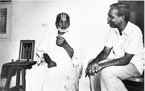Krishnamacharya et son fils Desikachar, fondateurs d'un yoga adapté à chacun